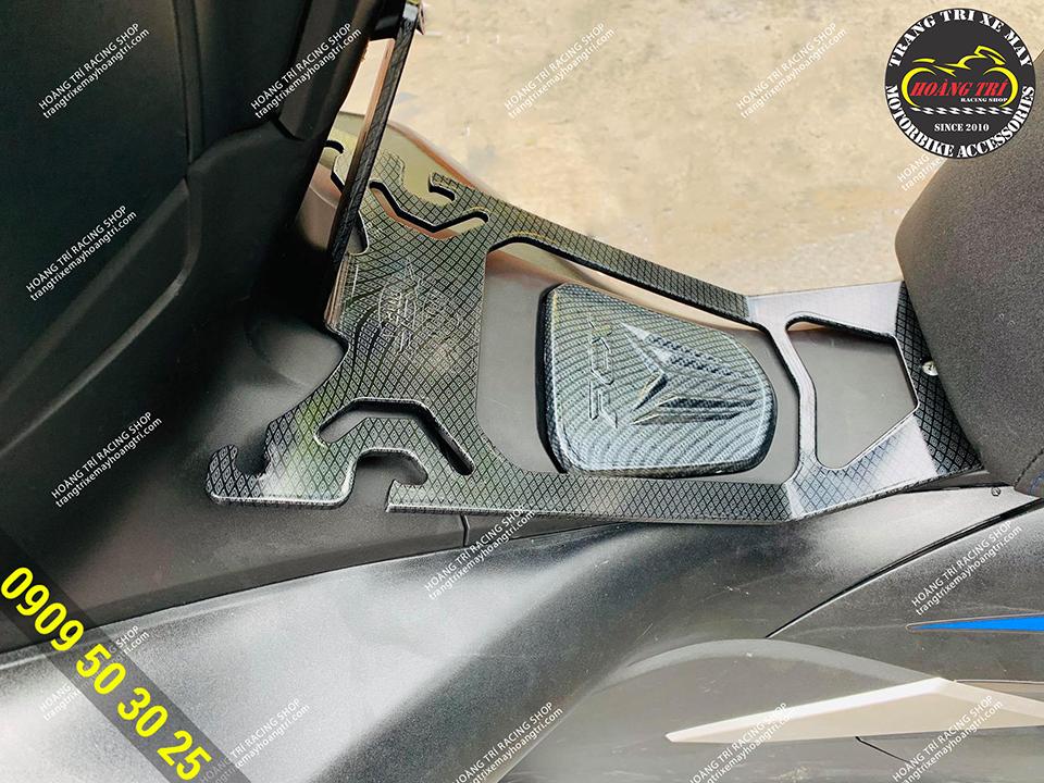 Xế cưng trang bị thêm ốp nắp xăng PCX 2018 sơn carbon