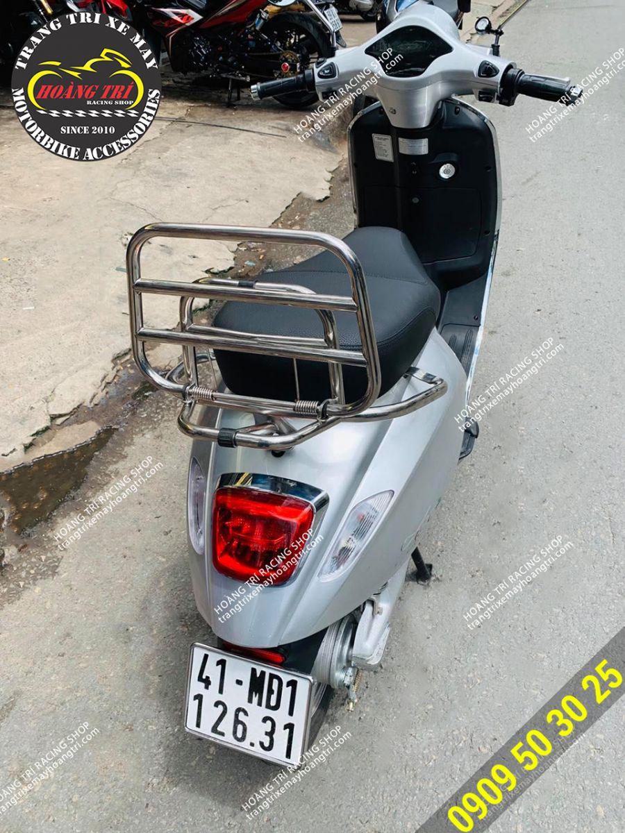 Chiếc Aura 9 màu bạc trang bị baga sau Vespa