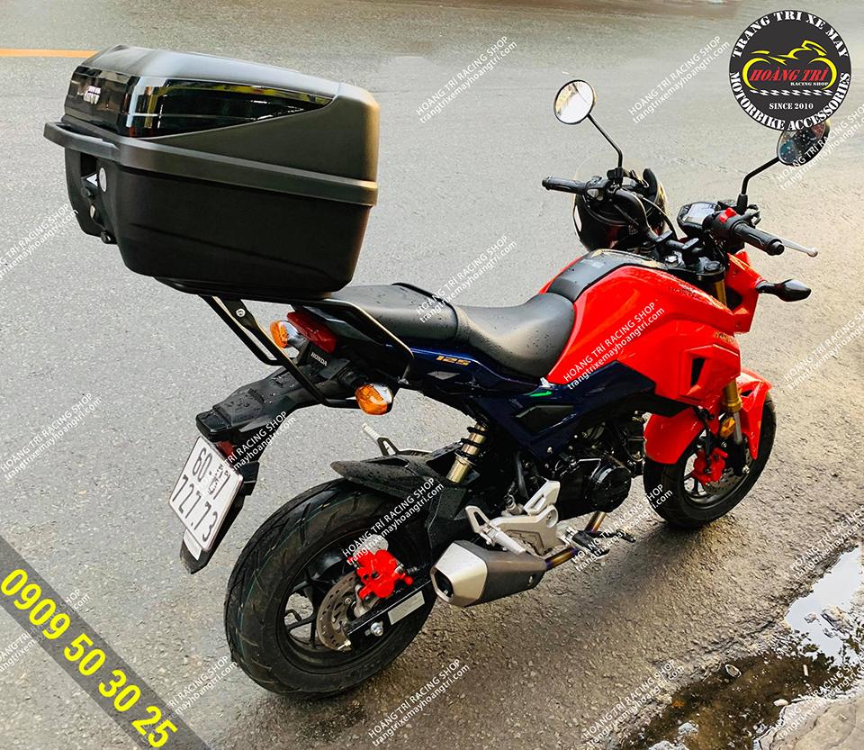 Trên hình là chiếc Honda MSX trang bị bộ đôi baga sau givi và thùng givi chính hãng