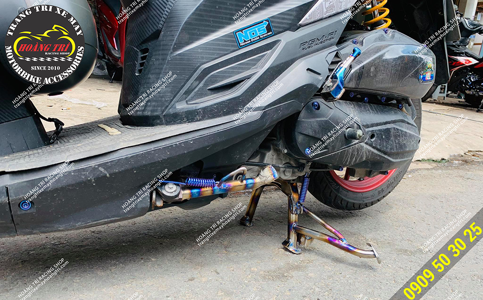Xế cưng còn trang bị thêm chân chống titan với lò xo titan