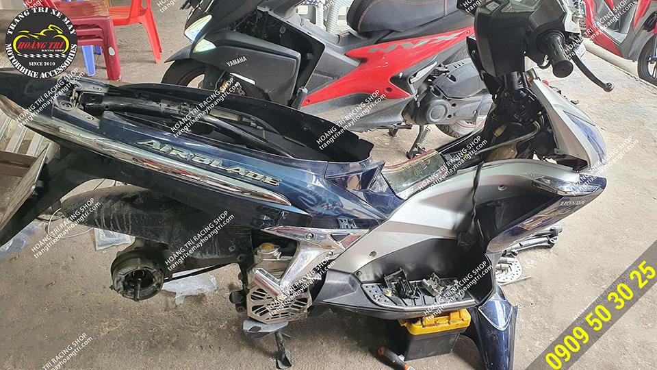 Xế cưng Airblade 2010 đang được giải phẫu