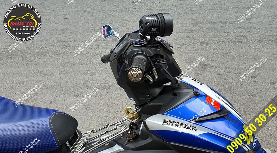 CB150R lắp đặt đèn L4X gắn chân kính bên phải