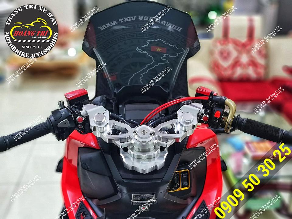 Xế cưng ADV 150 đỏ đen sau khi trang bị ghi đông nhôm Rizoma CNC 3 khúc