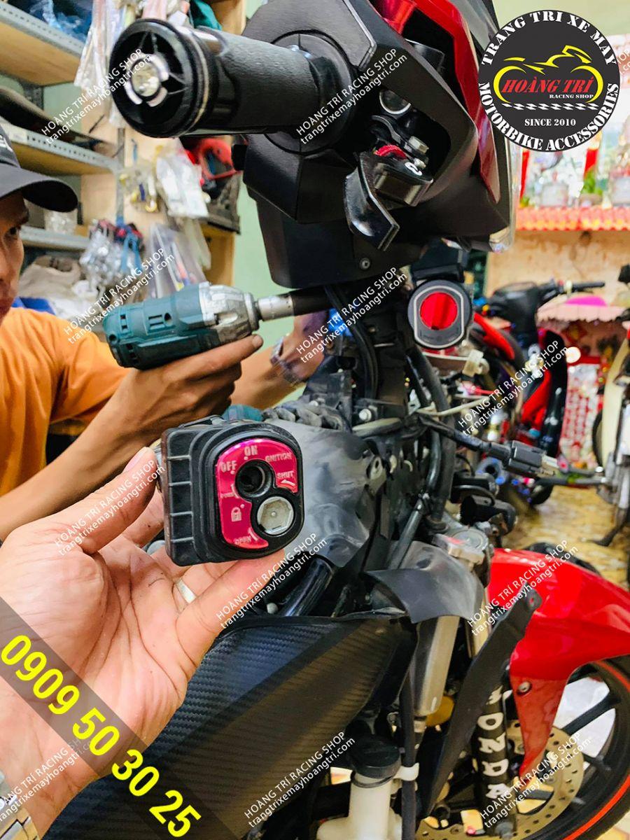 Trên tay khóa zin của Winner V1 - nhân viên đang thay khóa smartkey cho xe