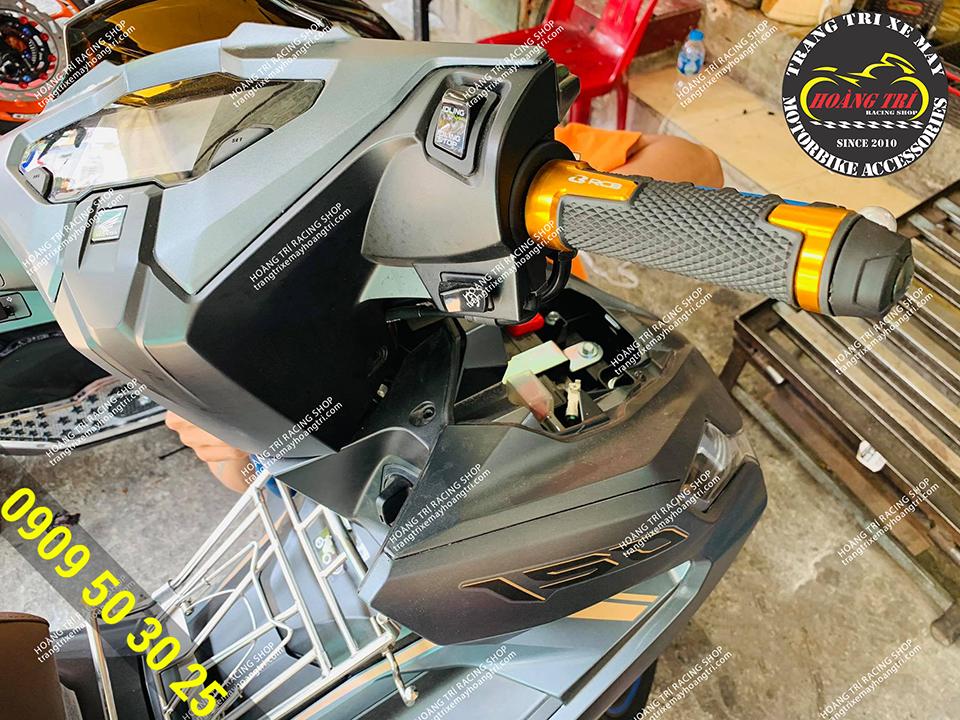 Bao tay Racing Boy AHG14 màu vàng gắn trên Airblade 2020