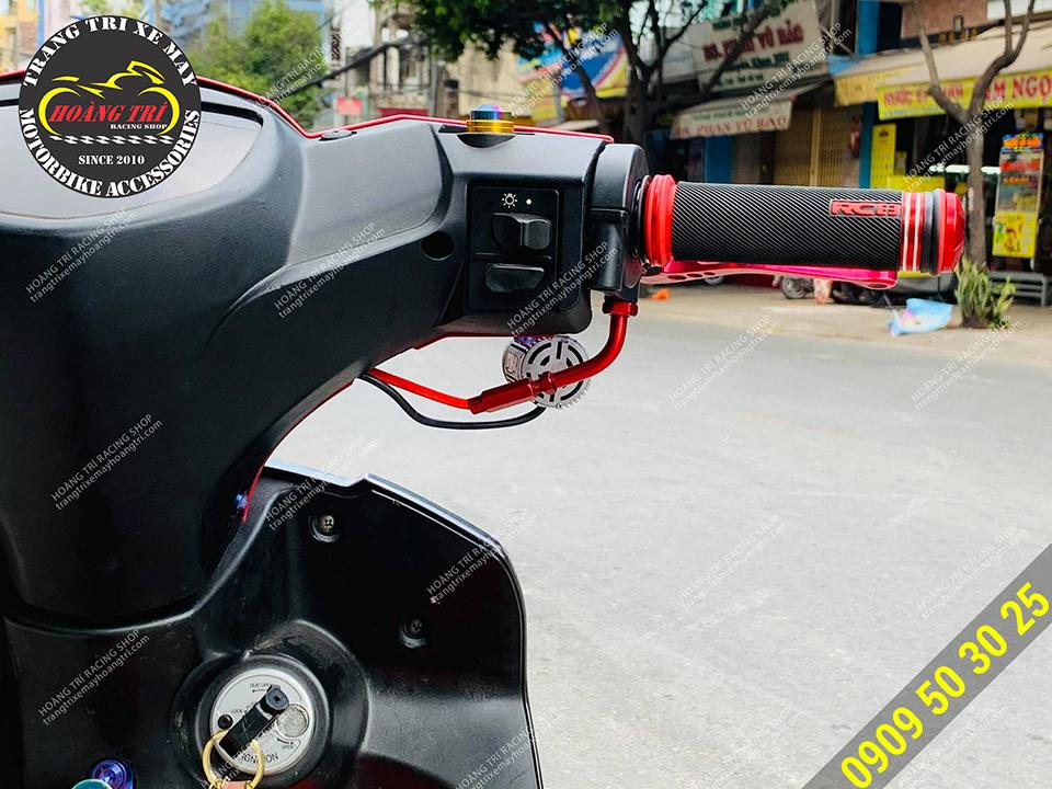 Ống ga màu đỏ cũng đã được thay thế ống ga zin trên xe