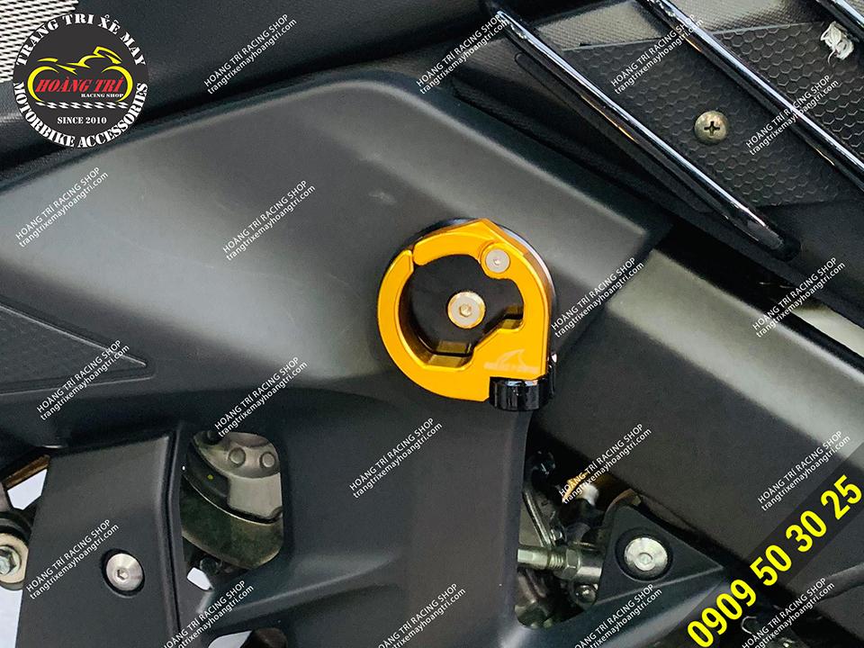 Cận cảnh móc treo đồ CNC màu vàng trên nền đen