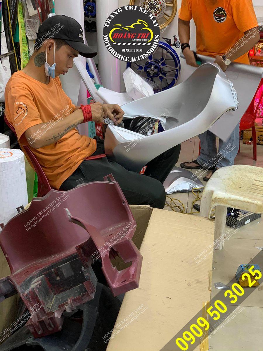 Nhân viên đang dán decal nhôm xước giữ màu zin