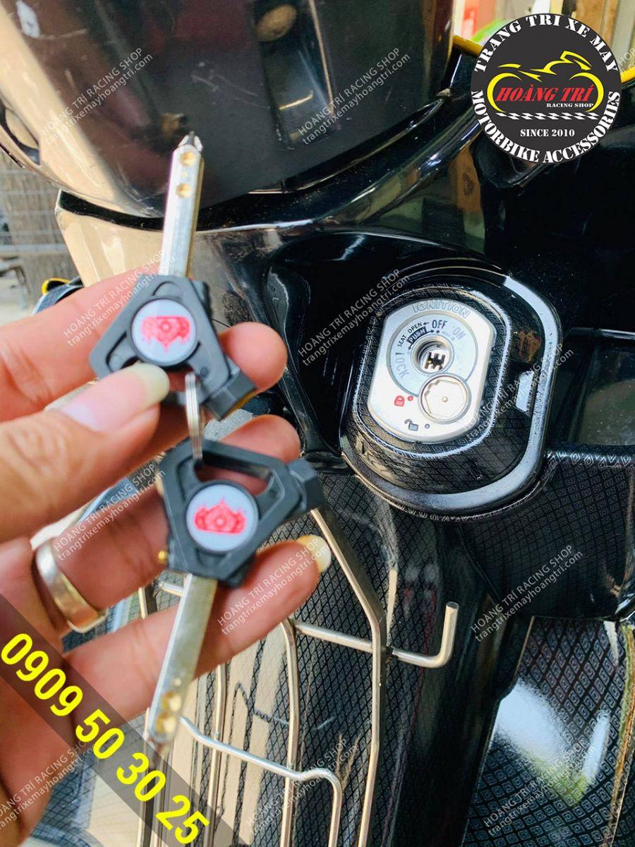 Bộ khóa cơ trên xe khá cũ kỹ và anh khách đã lựa chọn khóa 6 cạnh để thay thế cho xế cưng
