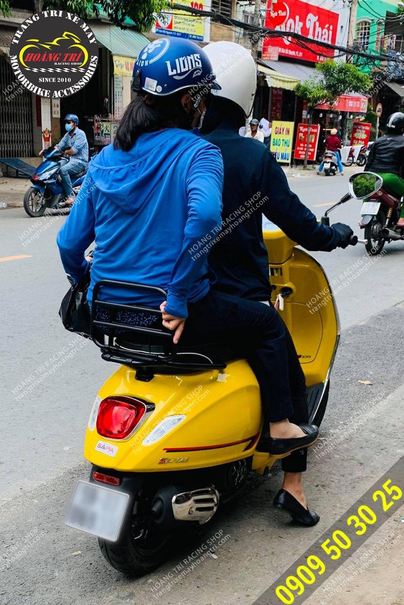 Thêm một xế cưng Vespa Sprint màu vàng lên baga sau sơn tĩnh điện cực chất