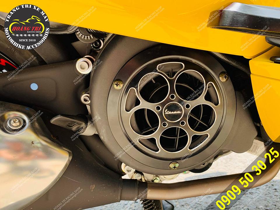 Trên hình là sản phẩm màu đen đã được lắp đặt cho xe Vespa Sprint màu vàng