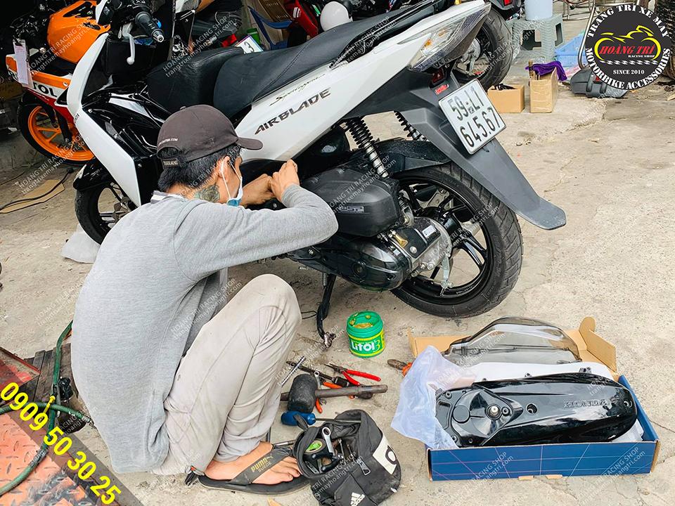 Nhân viên đang lắp đặt ốp lốc máy trong suốt cho Airblade 2013