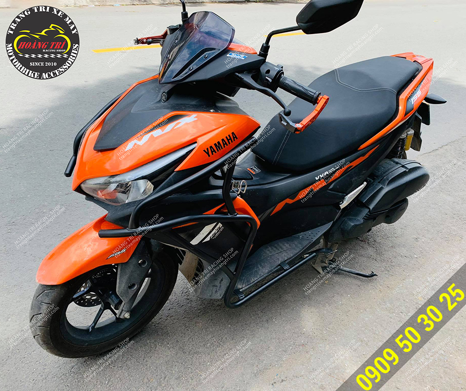 Xe NVX 2021 tông cam đen kết hợp cùng khung bảo vệ trông mạnh mẽ  và khá hợp nhãn
