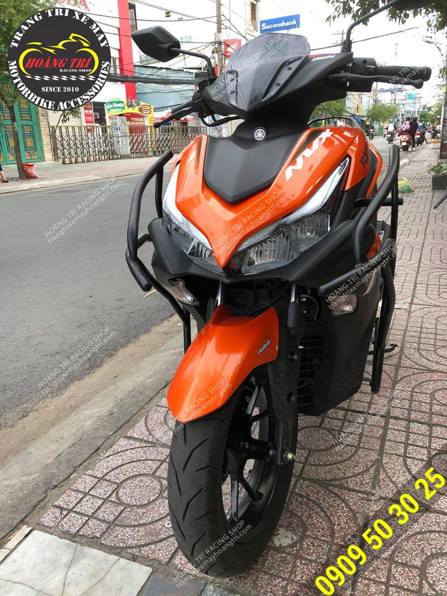 Khung bảo vệ sơn đen gắn trên NVX 2021 màu cam