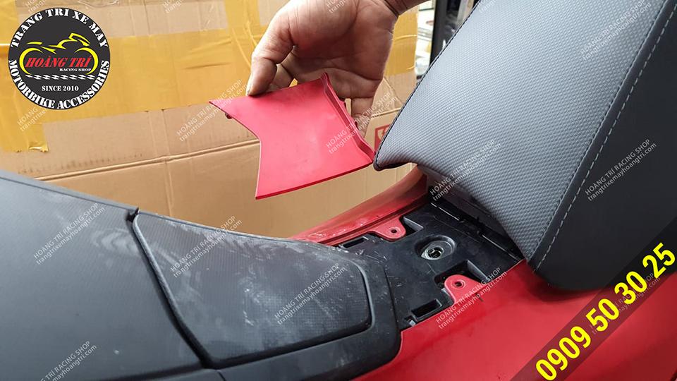 Cần khoan lỗ trên vị trí bên dưới yên xe để lắp đặt baga