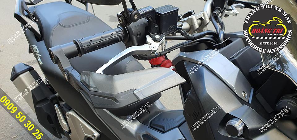 Cận cảnh bộ đôi bảo vệ tay lái H2C và tay thắng H2C (phải)