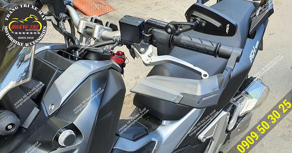 Cận cảnh bộ đôi bảo vệ tay lái H2C và tay thắng H2C (trái)