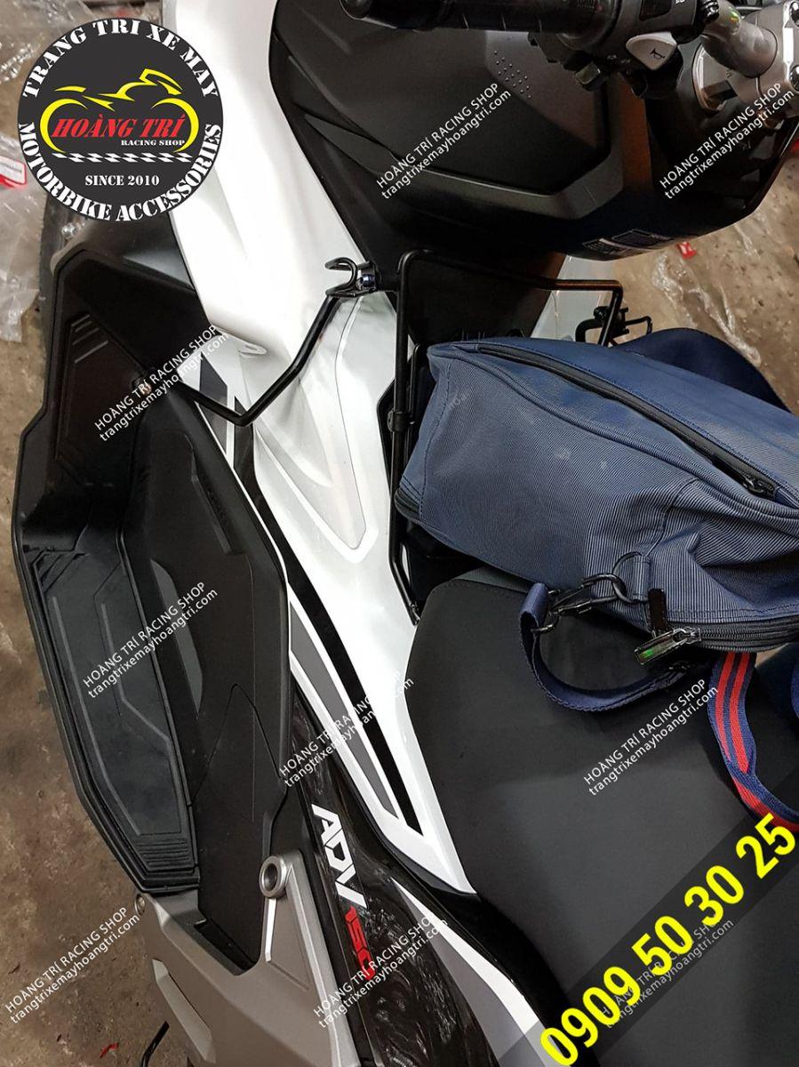 Baga trước ADV màu đen đã lắp len xe và để được các vật dụng cá nhân khác