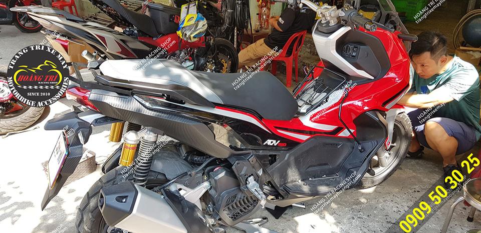 Có vị trí lắp thêm 2 móc treo đồ cho xe máy