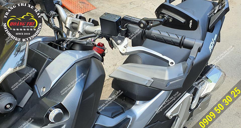 Bảo vệ tay lái H2C gắn cho ADV 150 trông rất hầm hố