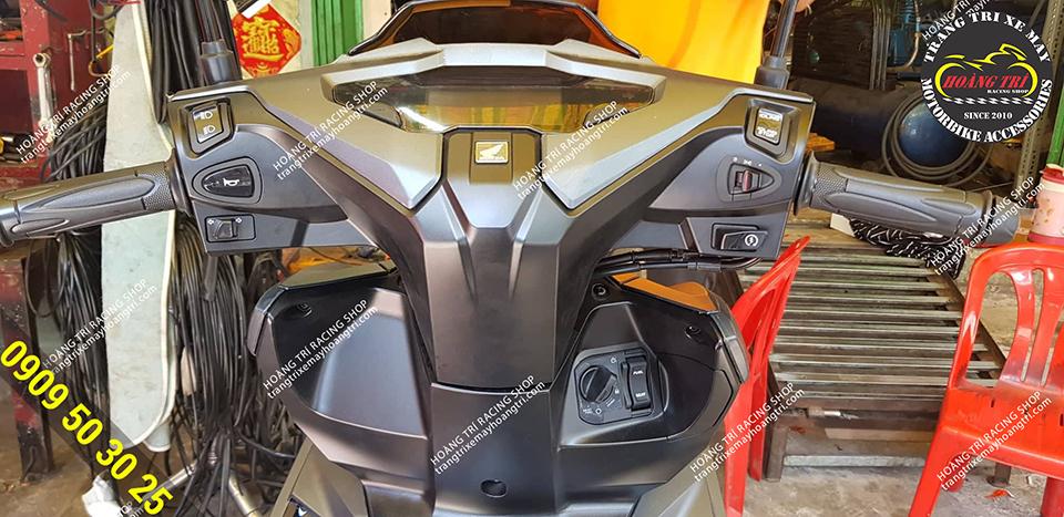 Toàn cảnh đầu đèn đã được gắn công tắc tắt đèn pha Airblade 2020