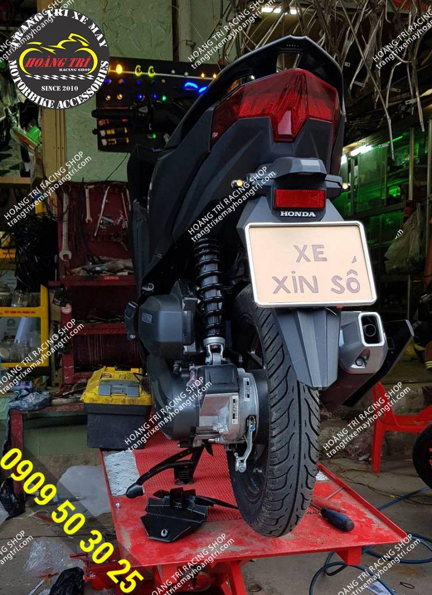 Xe Click Vario đen nhám chuẩn bị lắp đặt biển số đút gầm