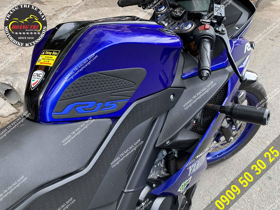 Xe R15 V3 lắp phụ kiện chống trượt bình xăng màu đen