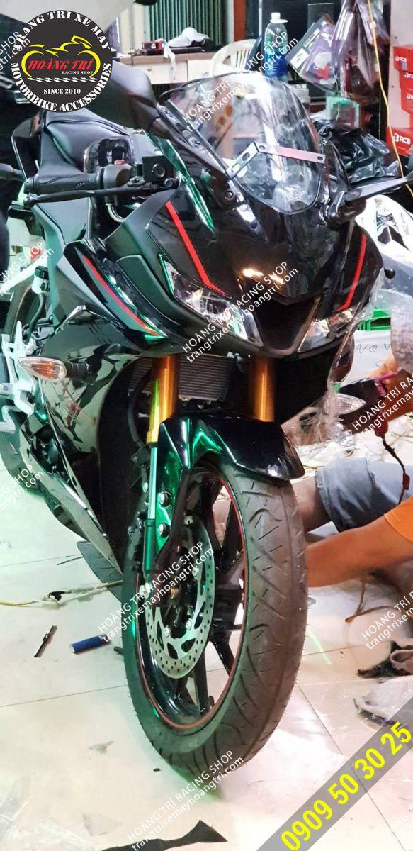 Một xế yêu Yamaha R15 đến Hoàng Trí Racing Shop dán keo xe