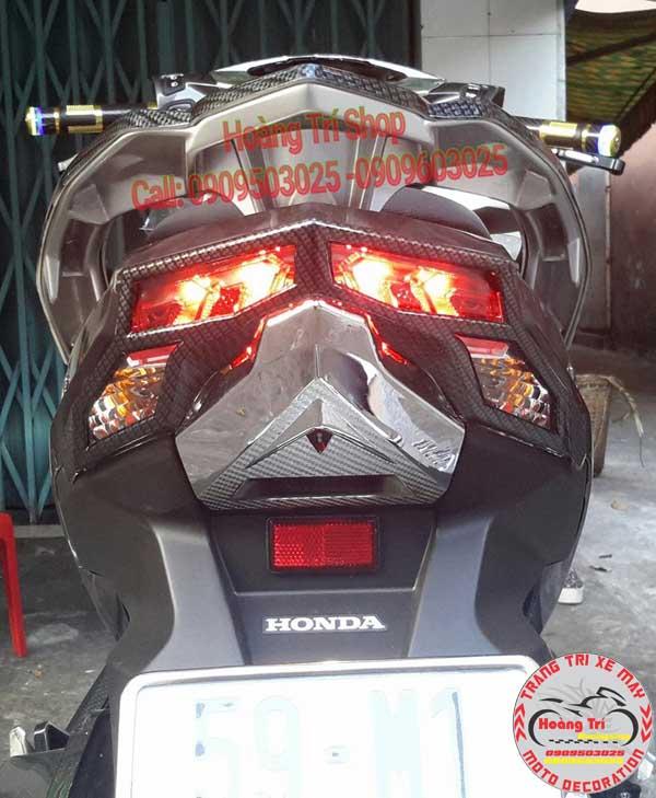 Ốp pô sơn carbon kết hợp với đèn xe càng thêm đẹp mắt