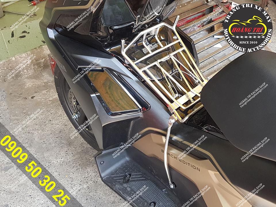 Có sẵn 2 móc treo đồ trên baga inox airblade 2020