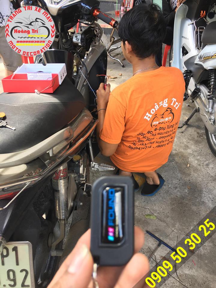 Nhân viên Hoàng Trí Racing Shop đang lắp đặt Iky Found cho Airblade 2011
