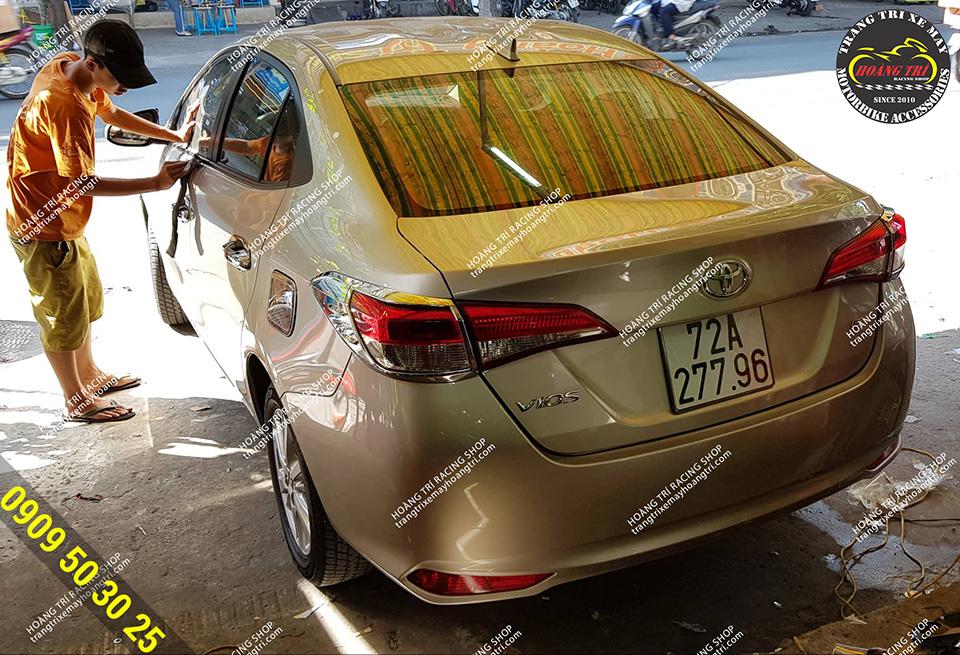 Nhân viên đang đánh bóng cho xế cưng Toyota Vios