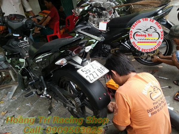 Nhân viên Hoàng Trí Racing Shop đang lên dè chắn bùn nguyên khối cho khách