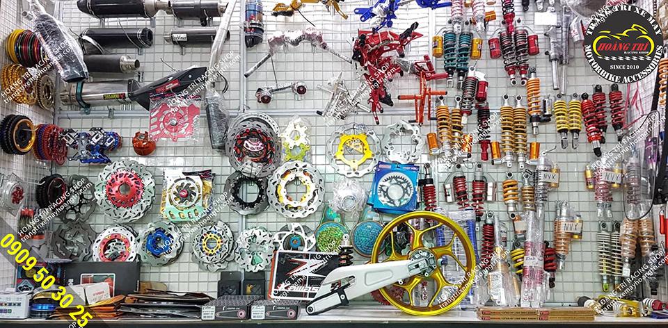 Đồ chơi xe máy tại shop rất nhiều, tại trung tâm là gấp GP Racing và mâm Asio mẫu mới