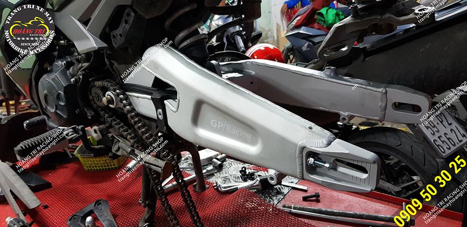 Gấp màu bạc nổi bật trên nền đen của xe Exciter 150 Camo