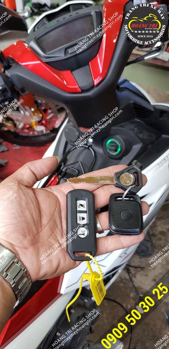 Sau khi lắp đặt bạn vẫn có thể sử dụng remote tìm xe của hãng (remote vuông bên phải)
