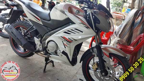 Cánh gà bên phải cùng với thương hiệu nổi tiếng Yamaha được cách điệu bởi đường nét đầy màu sắc