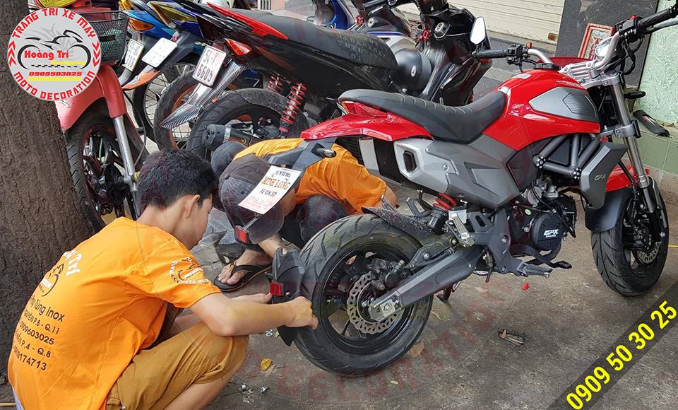 Nhân viên đang thi công lắp đặt chắn bùn Moto Racing cho xe GPX Demon X