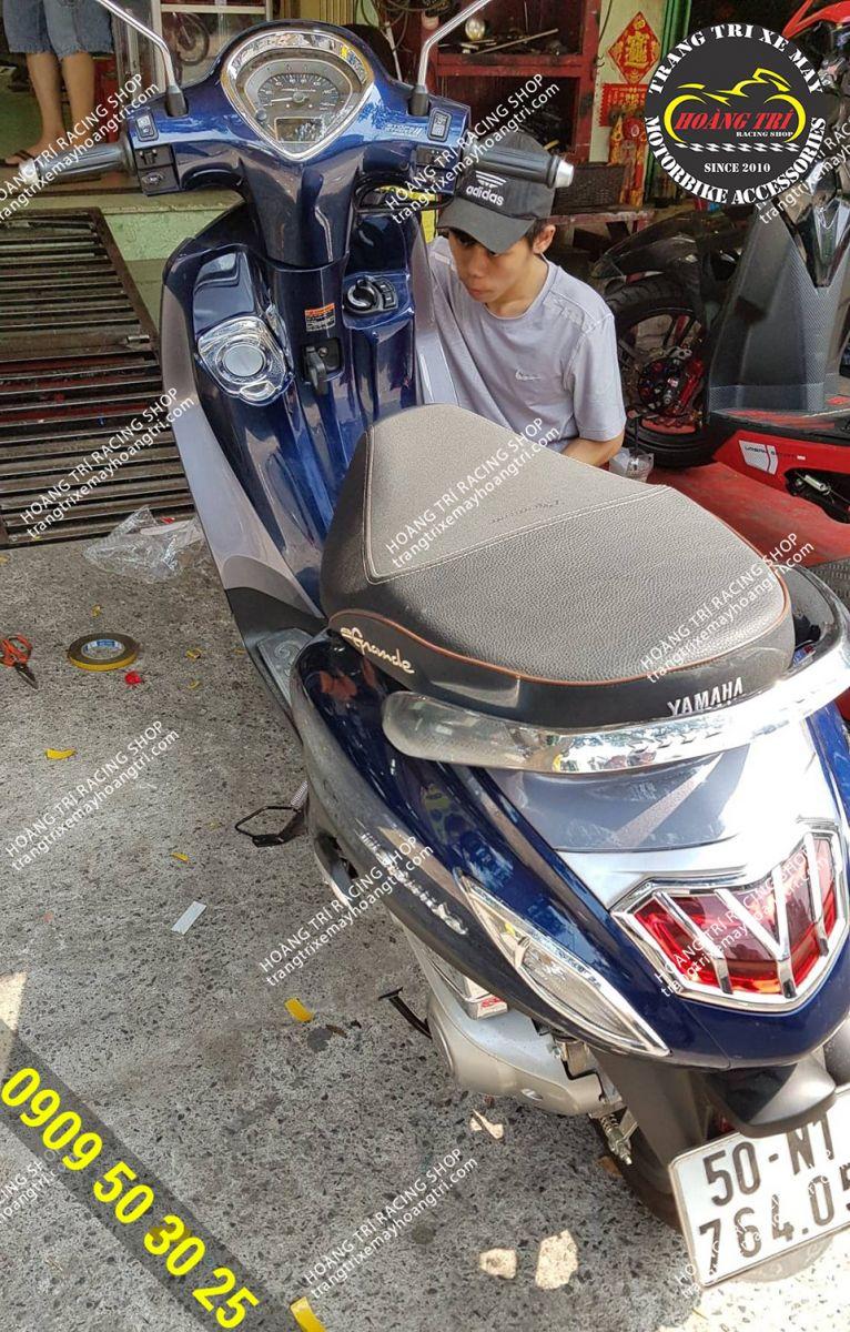 Nhân viên Hoàng Trí Racing Shop đang trang trí thêm cho xế cưng này