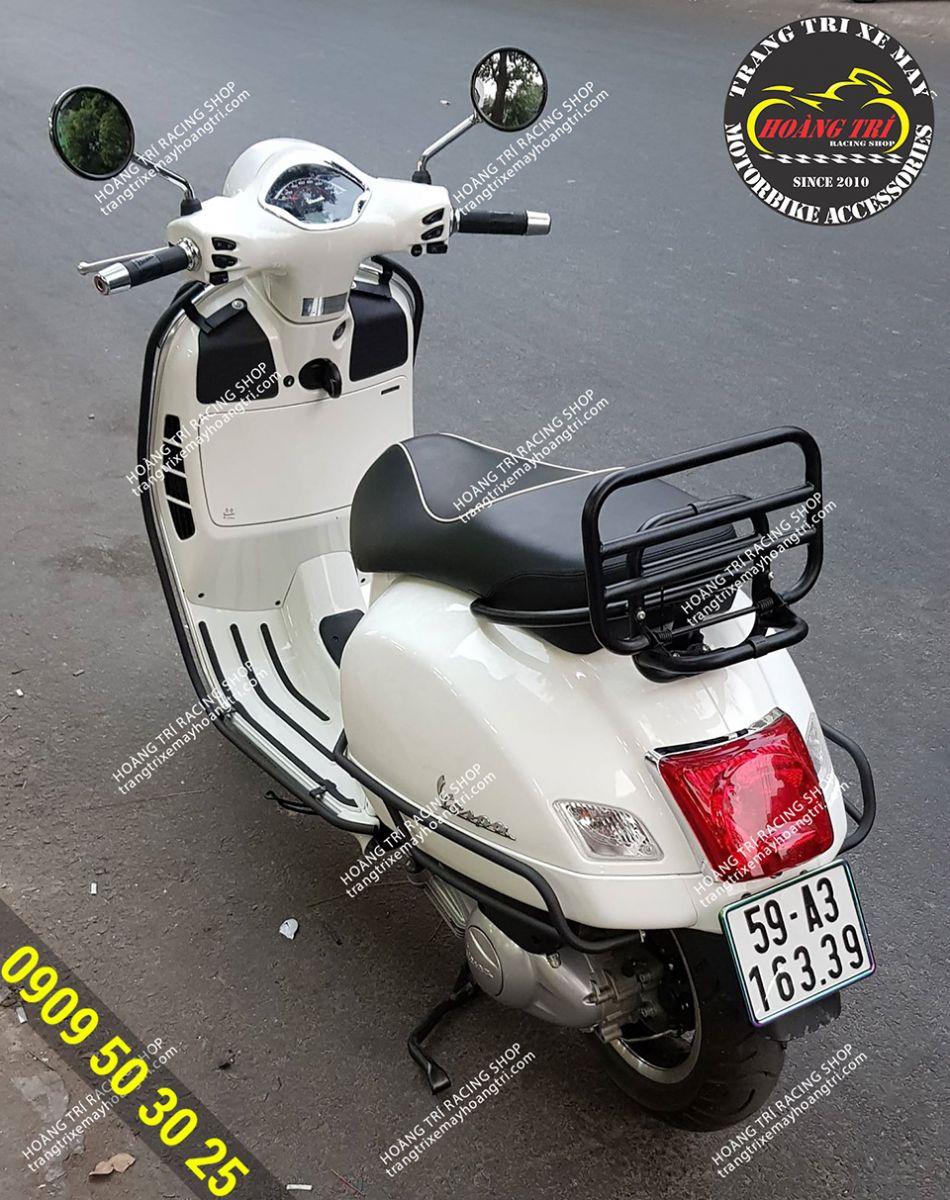 Xế cưng Vespa GTS 300cc màu trắng lên bộ khung sơn tĩnh điện đẹp mắt