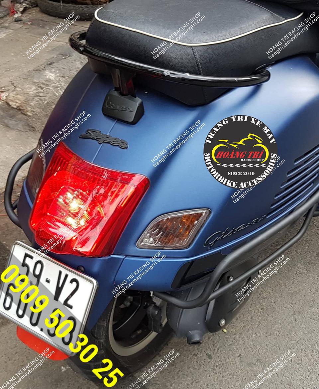 Vespa GTS xanh dương đến lắp khung bảo vệ sơn tĩnh điện