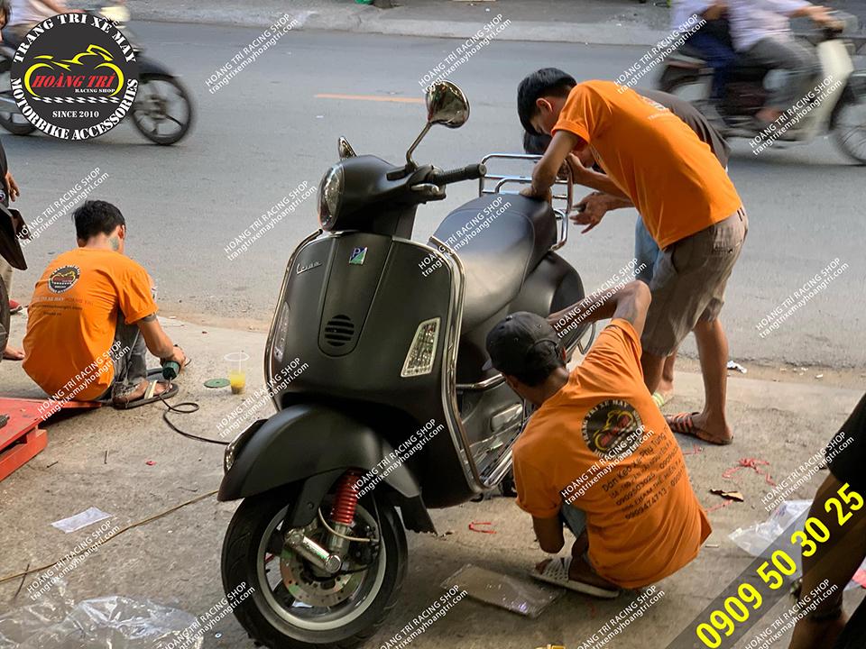 Nhân viên Hoàng Trí Racing Shop đang lắp baga sau inox
