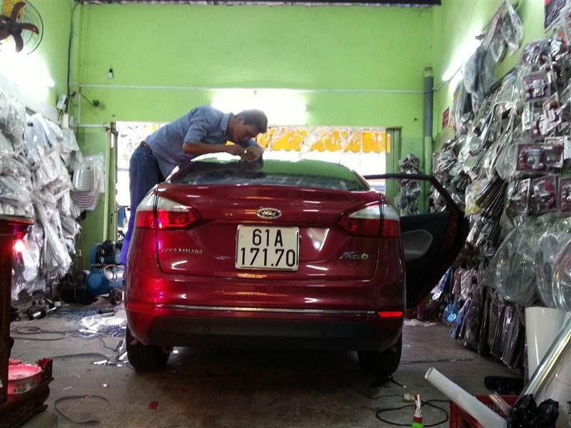 Nhân viên Hoàng Trí Racing Shop tỷ mĩ từng chi tiết trên xe khách hàng