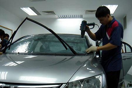 Dán film cách nhiệt cho xe ô tô tại Hoàng Trí Racing Shop