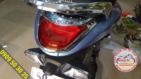 Ốp đèn lái được gắn lên Janus xanh ngọc