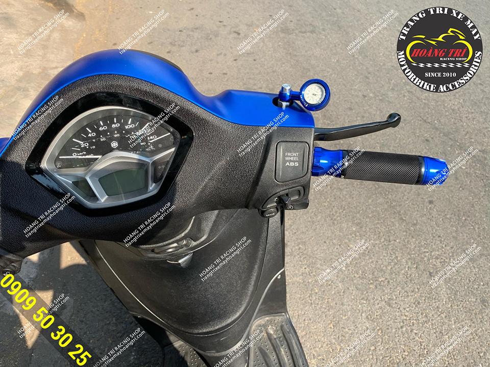Đồng hồ chân kính màu xanh dương kết hợp cùng bao tay 649