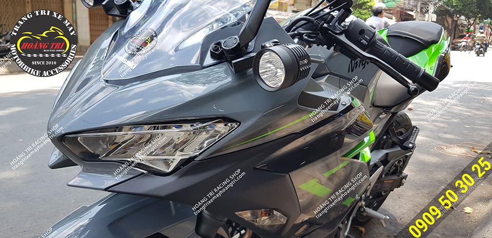 Lắp đặt trực tiếp trên chân kính chiếu hậu xe Ninja 400