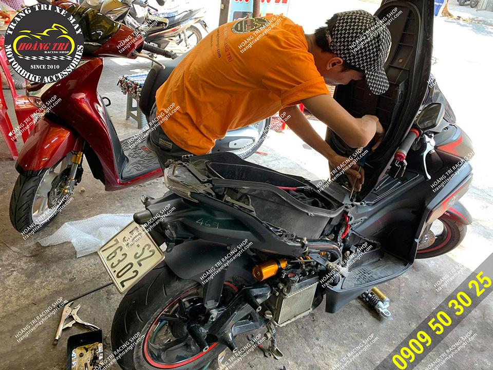Nhân viên đang lắp dàn áo của xe vào sau khi đã hoàn thiện độ phuộc NVX