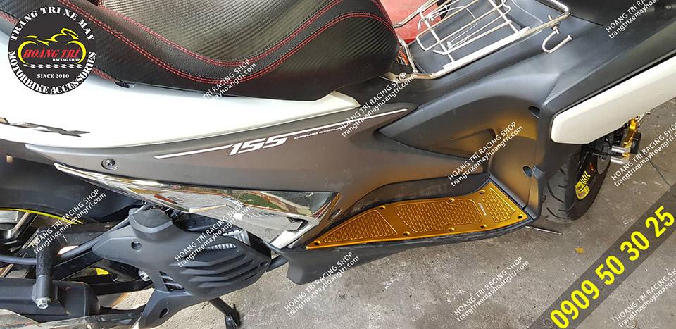 NVX sau khi lắp đặt thảm để chân CNC màu vàng thương hiệu RZ Racing