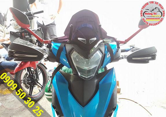 Kính chắn gió Supra trên xế yêu Winner xanh dương